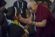 Его Святейшество Далай-лама с дочкой одного из участников межрелигиозной встречи. Дели, Индия. 21 сентября 2014 г. Фото: Тензин Чойджор (офис ЕСДЛ)
