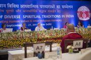 Его Святейшество Далай-лама слушает доклады на третьем пленарном заседании межрелигиозной встречи, проходившей в Дели по его инициативе. Дели, Индия. 21 сентября 2014 г. Фото: Тензин Чойджор (офис ЕСДЛ)