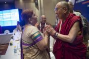 Индира Джа беседует с Его Святейшеством Далай-ламой после завершения второго пленарного заседания межрелигиозной встречи, проходившей по инициативе Далай-ламы. Дели, Индия. 21 сентября 2014 г. Фото: Тензин Чойджор (офис ЕСДЛ)