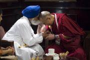 Сингх Сахиб Гьяни Гурбачан и Его Святейшество Далай-лама во время перерыва на обед на второй день межрелигиозной встречи, проходившей в Дели по инициативе Далай-ламы. Дели, Индия. 21 сентября 2014 г. Фото: Тензин Чойджор (офис ЕСДЛ)