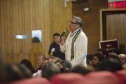 Один из слушателей задает вопрос Его Святейшеству Далай-ламе после его лекции, которую он прочел по просьбе Раджива Чандрасекшара и представителей университета Ашоки. Дели, Индия. 22 сентября 2014 г. Фото: Тензин Чойджор (офис ЕСДЛ)