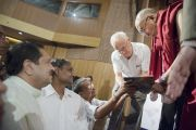 Его Святейшество Далай-лама подписывает книгу одному из своих почитателей после лекции в культурном центре Indian Habitat Centre. Дели, Индия. 22 сентября 2014 г. Фото: Тензин Чойджор (офис ЕСДЛ)