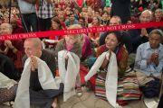 Последователи Его Святейшества Далай-ламы ожидают его прибытия в главный тибетский храм в первый день учений, которые он дарует по просьбе буддистов из Юго-Восточной Азии. Дхарамсала, Индия. 24 сентября 2014 г. Фото: Тензин Чойджор (офис ЕСДЛ)