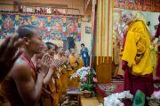 Его Святейшество Далай-лама приветствует собравшихся в главном тибетском храме в первый день учений, которые он дарует по просьбе буддистов из Юго-Восточной Азии. Дхарамсала, Индия. 24 сентября 2014 г. Фото: Тензин Чойджор (офис ЕСДЛ)