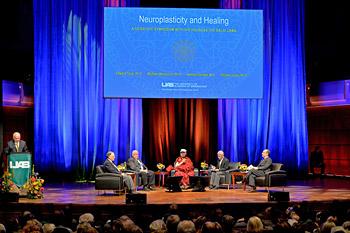 Далай-лама принял участие в симпозиуме «Нейропластичность и исцеление» в университете Алабамы и посетил известную баптистскую церковь