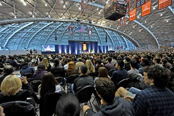 Далай-лама прочел публичную лекцию о воспитании сердца и принял участие в беседе о служении