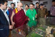 Его Святейшество Далай-лама осматривает макет стадиона в Ассоциации крикета штата Химачал-Прадеш. Дхарамсала, Индия. 17 октября 2014 г. Фото: Тензин Чойджор (офис ЕСДЛ)