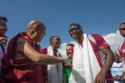 Его Святейшество Далай-лама приветствует игрока сборной Вест-Индии Андре Рассела перед началом матча со сборной Индии. Дхарамсала, Индия. 17 октября 2014 г. Фото: Тензин Чойджор (офис ЕСДЛ)
