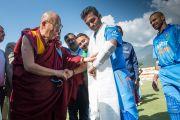 Его Святейшество Далай-лама с одним из игроков индийской крикетной сборной перед началом матча с командой Вест-Индии на стадионе Ассоциации крикета штата Химачал-Прадеш. Дхарамсала, Индия. 17 октября 2014 г. Фото: Тензин Чойджор (офис ЕСДЛ)