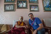 Его Святейшество Далай-лама и Рави Шастри, бывший капитан сборной Индии по крикету и спортивный комментатор в Ассоциации крикета штата Химачал-Прадеш. Дхарамсала, Индия. 17 октября 2014 г. Фото: Тензин Чойджор (офис ЕСДЛ)