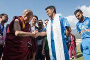 Его Святейшество Далай-лама приветствует капитана крикетной сборной Индии Махендру Сингха Дхони перед началом матча со сборной Вест-Индии. Дхарамсала, Индия. 17 октября 2014 г. Фото: Тензин Чойджор (офис ЕСДЛ)