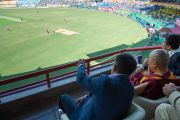 Его Святейшество Далай-лама наблюдает за матчем по крикету сборных Индии и Вест-Индии на стадионе Ассоциации крикета штата Химачал-Прадеш. Дхарамсала, Индия. 17 октября 2014 г. Фото: Тензин Чойджор (офис ЕСДЛ)