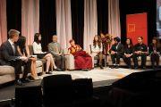 """Его Святейшество Далай-лама на конференции учащихся школы им. Джона Оливера """"Воспитание сердца"""". Ванкувер, Канада. 21 октября 2014 г. Фото: Джереми Рассел (офис ЕСДЛ)"""