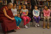 Его Святейшество Далай-лама на уроке в младших классах школы им. Джона Оливера, посвященном теме благодарности. Ванкувер, Канада. 21 октября 2014 г. Фото: Джереми Рассел (офис ЕСДЛ)