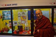 Его Святейшество Далай-лама на выставке, посвященной Тибету, в школе им. Джона Оливера. Ванкувер, Канада. 21 октября 2014 г. Фото: Джереми Рассел (офис ЕСДЛ)