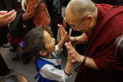 Его Святейшество Далай-лама прощается с маленькой девочкой, покидая школы им. Джона Оливера. Ванкувер, Канада. 21 октября 2014 г. Фото: Джереми Рассел (офис ЕСДЛ)