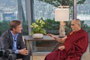 Крис Андерсон, куратор конференций TED, берет интервью у Его Святейшества Далай-ламы. Ванкувер. Канада. 22 октября 2014 г. Фото: Джереми Рассел (офис ЕСДЛ)