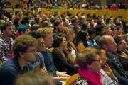 """Некоторые из почти тысячи зрителей, собравшихся на обсуждение """"Наука и искусство воспитания сердца"""" сучастием Его Святейшества Далай-ламы в Университете Британской Колумбии. Ванкувер. Канада. 22 октября 2014 г. Фото: Роберт Семенюк"""
