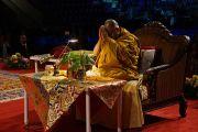 Его Святейшество Далай-лама проводит подготовительные ритуалы перед началом учений. Ванкувер, Канада. 23 октября 2014 г. Фото: Джереми Рассел (офис ЕСДЛ)