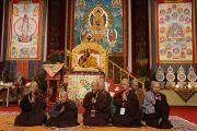 """Перед началом учений Его Святейшества Далай-ламы китайские монахи прочитали """"Сутру сердца"""". Ванкувер, Канада. 23 октября 2014 г. Фото: Джереми Рассел (офис ЕСДЛ)"""