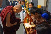 По прибытию на место проведения учений Его Святейшество Далай-ламу встречают традиционными подношениями. Ванкувер, Канада. 23 октября 2014 г. Фото: Джереми Рассел (офис ЕСДЛ)