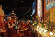 Его Святейшество Далай-лама осматривает сцену в зале проведения учений. Ванкувер, Канада. 23 октября 2014 г. Фото: Джереми Рассел (офис ЕСДЛ)