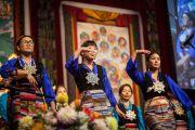 Перед начало второй сессии учений Его Святейшества Далай-ламы тибетские женщины исполнили народные песни. Ванкувер, Канада. 23 октября 2014 г. Фото: Пола Уоллис