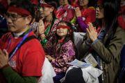 Участники учений, получающие от Далай-ламы посвящение Авалокитешвары, с символическими красными повязками на глазах. Ванкувер, Канада. 23 октября 2014 г. Фото: Пола Уоллис