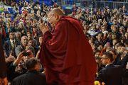 Его Святейшество Далай-лама прощается со слушателями по окончании учений. Ванкувер, Канада. 23 октября 2014 г. Фото: Джереми Рассел (офис ЕСДЛ)