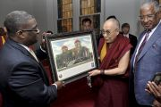 В баптистской церкви на 16-й улице Его Святейшеству Далай-ламе подарили фотографию на память о посещении Бирмингема. США, Бирмингем, штат Алабама. 25 октября 2014 г. Фото: Сонам Зоксанг