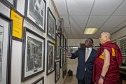 Его Святейшество Далай-лама осматривает экспозицию, посвященную историческим событиям времен борьбы за гражданские права в мемориальной комнате баптистской церкви на 16-й улице в Бирмингеме.  США, штат Алабама. 25 октября 2014 г. Фото: Лиза Коул