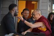 Его Святейшество Далай-лама шутливо приветствует персонал гостиницы. США, Бирмингем, штат Алабама. 25 октября 2014 г. Фото: Сонам Зоксанг