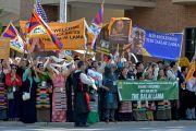 Сторонники Его Святейшества Далай-ламы у баптистской церкви на 16-й улице в ожидании его приезда. США, Бирмингем, штат Алабама. 25 октября 2014 г. Фото: Сонам Зоксанг