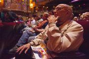 Зрители в зале театра Алабамы во время межрелигиозной встречи с участием Его Святейшества Далай-ламы. 26 октября 2014 г. США, Бирмингем, штат Алабама. Фото: Лиза Коул