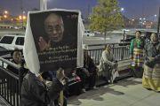 Ранним утром почитатели Его Святейшества Далай-ламы ожидают его приезда у театра Алабамы. 26 октября 2014 г. США, Бирмингем, штат Алабама. Фото: Сонам Зоксанг
