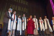 """Его Святейшество Далай-лама и другие участники межрелигиозной встречи """"Шире, чем вера"""" на сцене театра Алабамы. 26 октября 2014 г. США, Бирмингем, штат Алабама. Фото: Лиза Коул"""