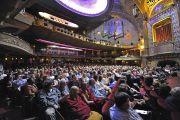 Зрители в зале театра Алабамы во время межрелигиозной встречи с участием Его Святейшества Далай-ламы. 26 октября 2014 г. США, Бирмингем, штат Алабама. Фото: Сонам Зоксанг
