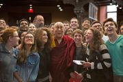 Его Святейшество Далай-лама фотографируется со студентами Принстонского университета после встречи в Зеленой библиотеке ректора. 28 октября 2014 г. Нью-Джерси, США. Фото: Denise Applewhite