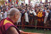 Его Святейшество Далай-лама приветствует своих сторонников, собравшихся, чтобы поприветствовать его, в Принстонском университете. 28 октября 2014 г. Нью-Джерси, США. Фото: Джереми Рассел (офис ЕСДЛ)