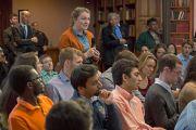 Студентка Принстонского университета задает вопрос Его Святейшеству Далай-ламе на встрече в Зеленой библиотеке ректора. 28 октября 2014 г. Нью-Джерси, США. Фото: Denise Applewhite