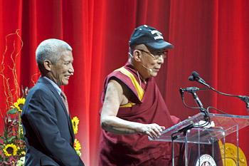 В последний день визита в Бостон Далай-лама прочел лекцию о воспитании сердца и ума
