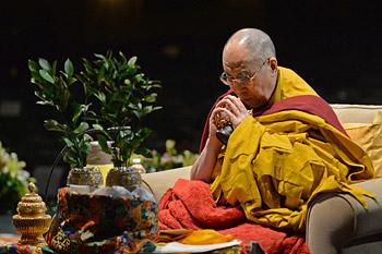 В Нью-Йорке Далай-лама даровал учения по сочинению Нагарждуны «Комментарий к бодхичитте» и посвящение Авалокитешвары