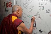 Его Святейшество Далай-лама оставляет автограф на стене в бостонском центре исполнительских искусств . 30 октября 2014 г. Бостон, штат Массачусетс, США. Фото: Сонам Зоксанг