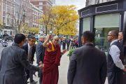 Его Святейшество Далай-лама приветствует своих почитателей у входа в гостиницу. 30 октября 2014 г. Бостон, штат Массачусетс, США. Фото: Джереми Рассел (офис ЕСДЛ)