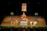 Вид на сцену в зале бостонского центра исполнительских искусств во время учений Его Святейшества Далай-ламы. 30 октября 2014 г. Бостон, штат Массачусетс, США. Фото: Сонам Зоксанг