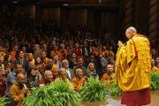Его Святейшество Далай-лама приветствует собравшихся в зале бостонского центра исполнительских искусств перед началом учений. 30 октября 2014 г. Бостон, штат Массачусетс, США. Фото: Джереми Рассел (офис ЕСДЛ)