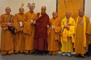 Его Святейшество Далай-лама и члены вьетнамской буддийской сангхи после учений в бостонском центре исполнительских искусств . 30 октября 2014 г. Бостон, штат Массачусетс, США. Фото: Джереми Рассел (офис ЕСДЛ)