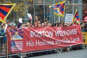Последователи Его Святейшества Далай-ламы приветствуют своего духовного лидера на улицах Бостона. 30 октября 2014 г. Бостон, штат Массачусетс, США. Фото: Ganzey Tshering