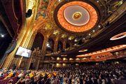В зале бостонского центра исполнительских искусств во время учений Его Святейшества Далай-ламы. 30 октября 2014 г. Бостон, штат Массачусетс, США. Фото: Сонам Зоксанг