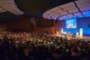 """Вид на аудиторию в Массачусетском технологическом институте во время экспертного обсуждения на тему: """"Глобальные системы 3.0: справедливые решения для изменяющегося мира"""", организованного Центром за этику и ценности, ведущие к трансформации, действующий под эгидой Далай-ламы. Кембридж, штат Массачусетс, США. 31 октября 2014 г. Фото: Brian Lima"""
